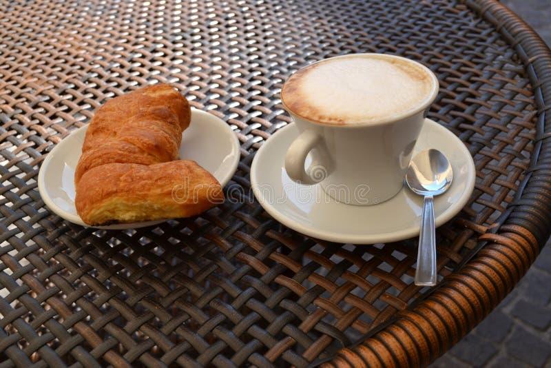 热奶咖啡和cornetto 免版税库存图片