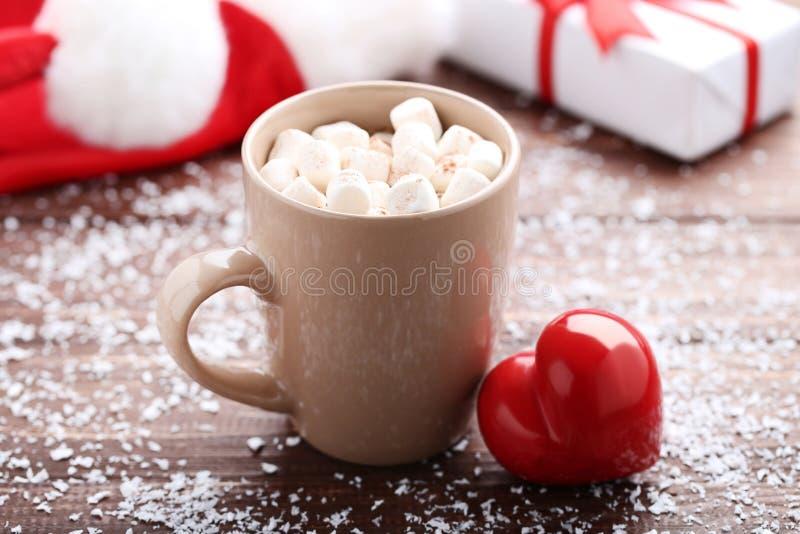 热奶咖啡在杯子和红心 免版税库存图片