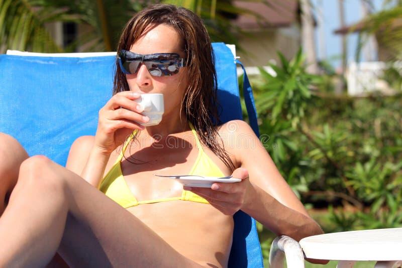 热奶咖啡饮用的妇女 免版税库存图片