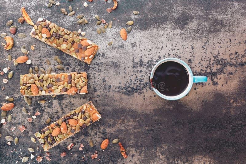 热巧克力和自创燕麦酒吧 免版税库存照片
