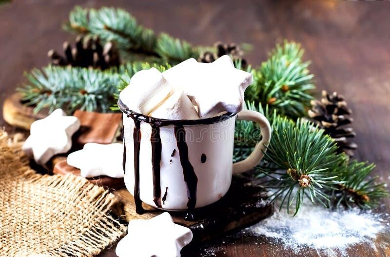 热巧克力用蛋白软糖糖果 与圣诞装饰和杉树的假日木背景 库存图片