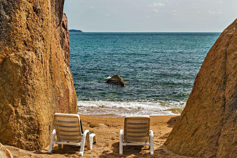 热带与可可椰子树的岩石珊瑚小海湾海滩 酸值Samu 库存图片