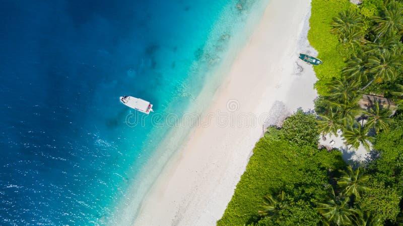 热带冰岛的鸟瞰图有沙滩的,马尔代夫 库存图片