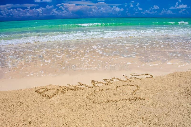 热带加勒比海滩在有明亮的天空蔚蓝的,turquo巴哈马 库存照片