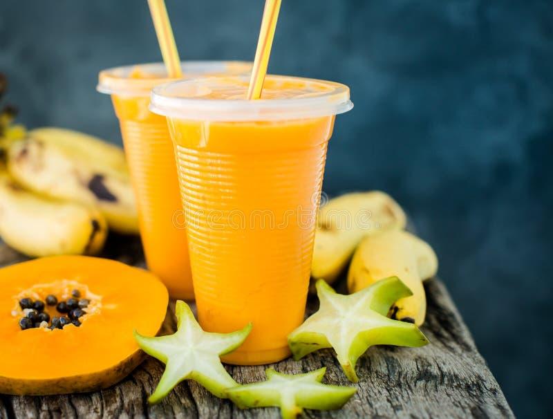热带圆滑的人用番木瓜和香蕉 库存照片