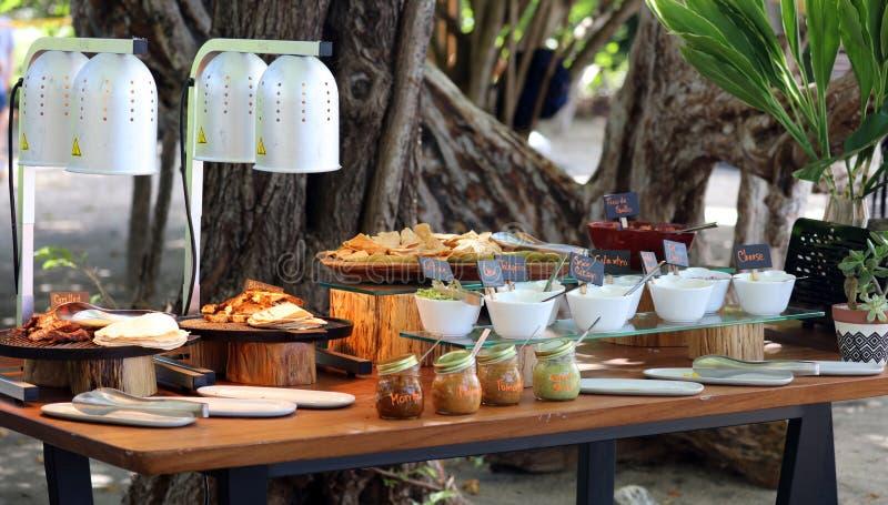 热带天堂哥斯达黎加海滩烧烤的蔬菜玉米烤架 库存照片