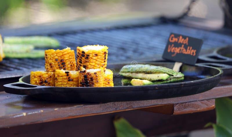 热带天堂哥斯达黎加海滩烧烤的蔬菜玉米烤架 免版税库存图片