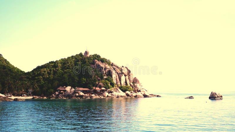热带天堂海岸风景与天蓝色的海水的在夏天晴天 免版税库存图片