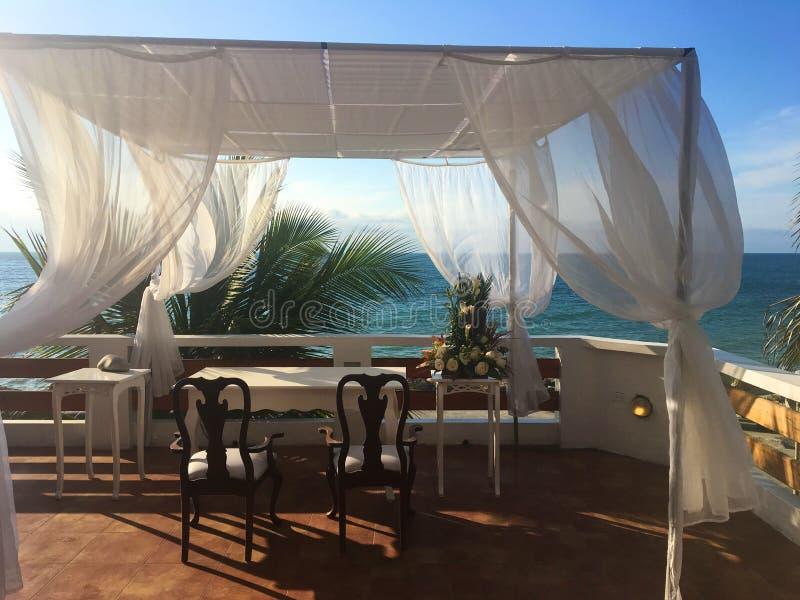 热带婚礼在俯视海洋的天堂 免版税图库摄影