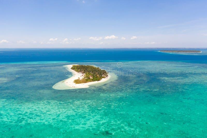 热带岛Canimeran,在蓝海中的沙滩上,享有珊瑚礁的顶景 巴拉巴克,巴拉望,菲律宾 免版税库存照片