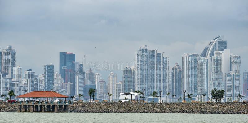 热带巴拿马市地平线当风暴方法 免版税库存照片