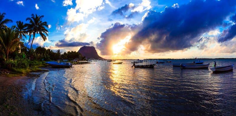 热带平静的日落 毛里求斯海岛, Le Morne登上看法  免版税库存图片
