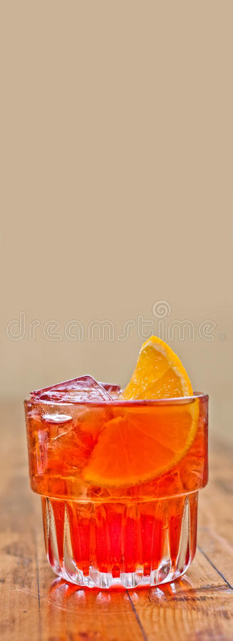 热带异乎寻常的党鸡尾酒马丁内斯用酒精干杜松子酒、红色苦艾酒,酒黑樱桃酒,橙色苦涩和切片 图库摄影