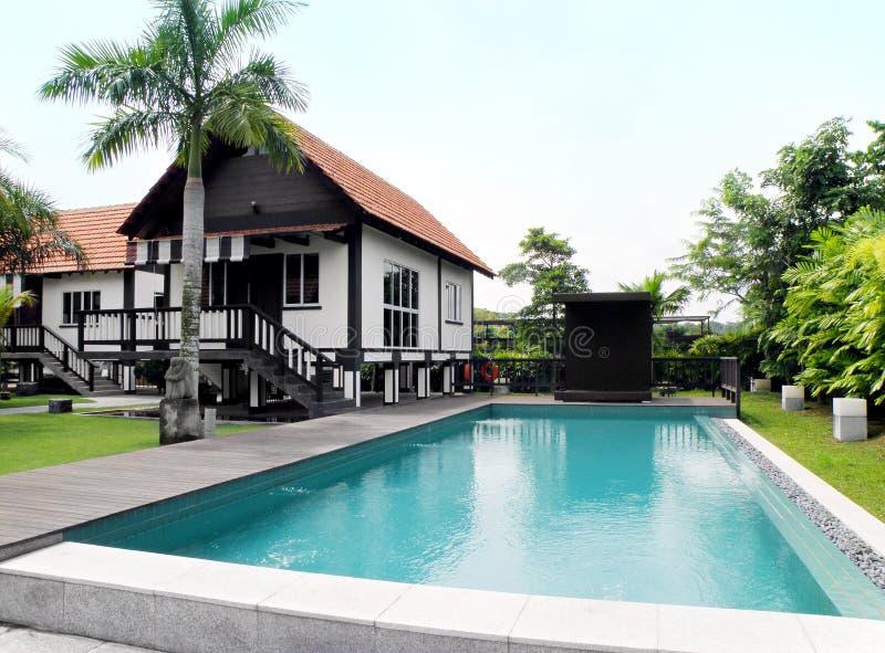 热带房子园艺的池的样式 免版税库存照片