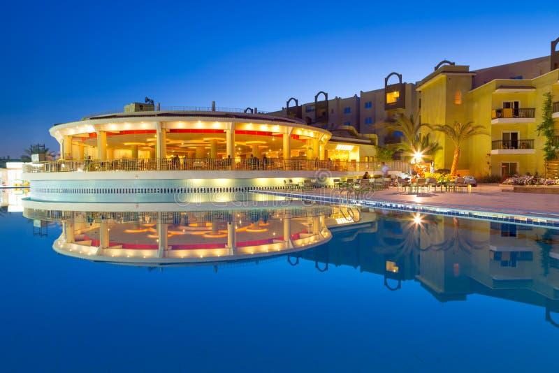 热带手段游泳池在Hurghada在晚上 免版税库存照片