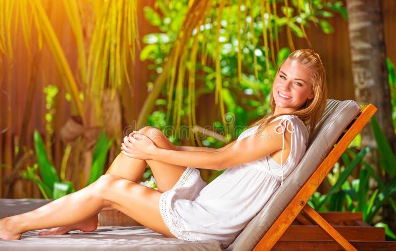 热带手段的逗人喜爱的女性 库存图片