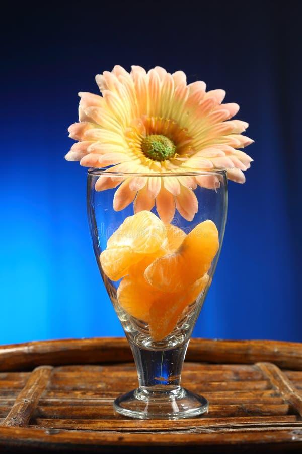 热带收藏:在玻璃的切的桔子 免版税库存照片