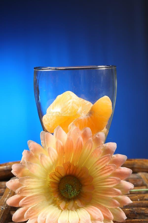 热带收藏:在玻璃的切的桔子 图库摄影