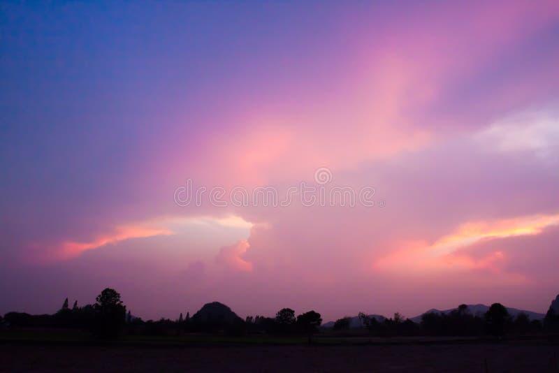 热带日出日落暮色时间颜色的场面 免版税库存照片