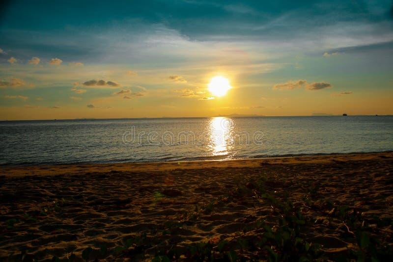 日落��b%�/i�k�y�_热带日落海滩 i 免版税库存图片