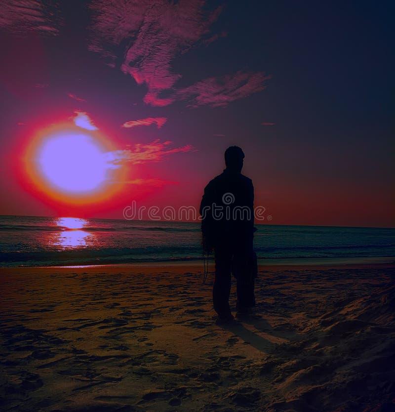 热带日落,沉寂,温暖的晚上,人剪影 库存照片