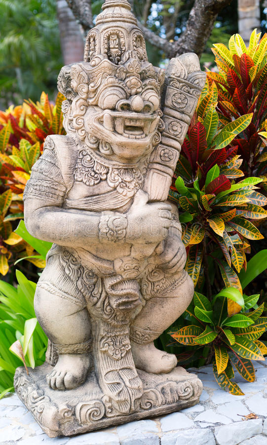 热带植物灌木的泰国石神  免版税库存照片