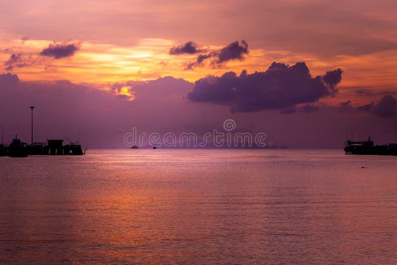 热带橙色晚上日落和码头 在dus的五颜六色的天空 库存图片