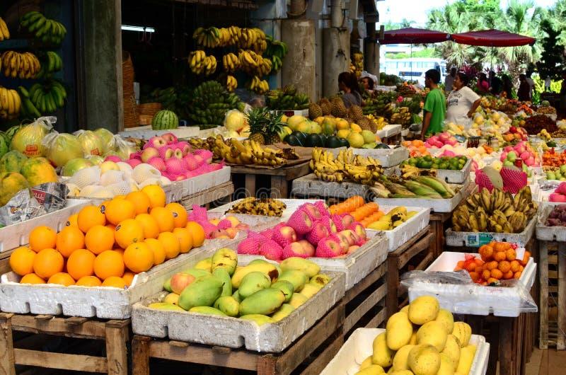 热带水果市场立场在公开市场上 库存照片