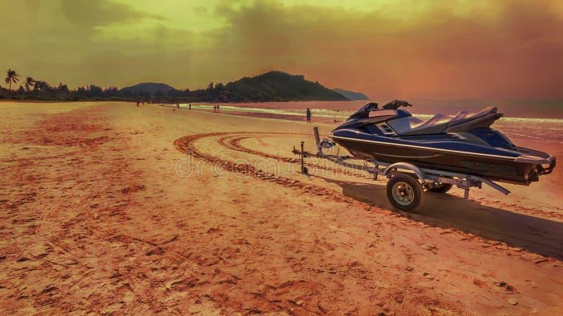 热带海南岛海滩的日落全景 免版税图库摄影