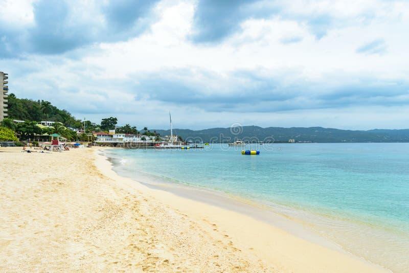 热带海岛加勒比白色沙滩暑假设置 免版税库存图片