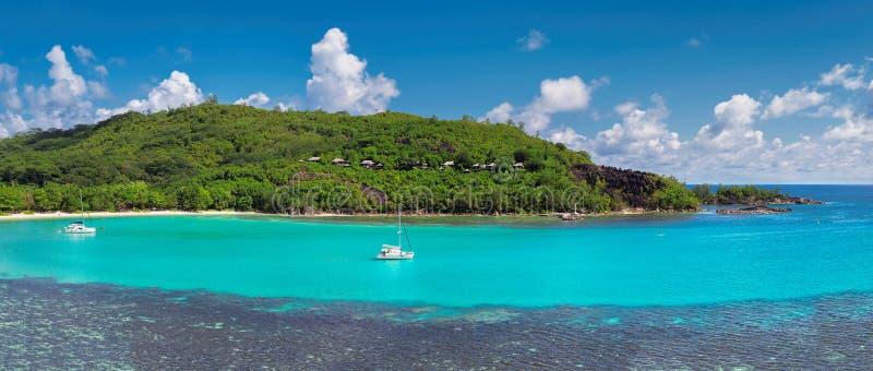 热带海岛和帆船 免版税库存照片