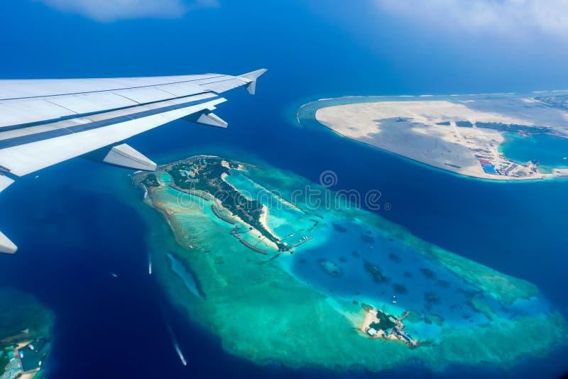 热带海岛和环礁鸟瞰图在马尔代夫 库存照片