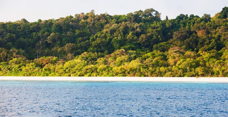 热带海岛平静的风景在夏天,西密兰群岛,泰国平静的晴朗的海景  免版税库存图片