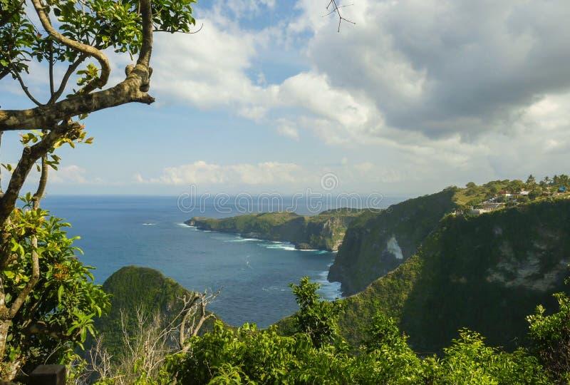 热带海岛海岸线巨大风景看法与岩石峭壁和沙漠天堂海滩的由绿松石海水颜色击中了 库存图片