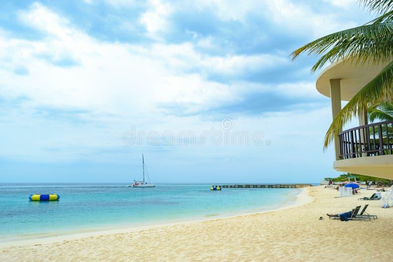 热带海岛海滩场面 放松的加勒比暑假 库存照片