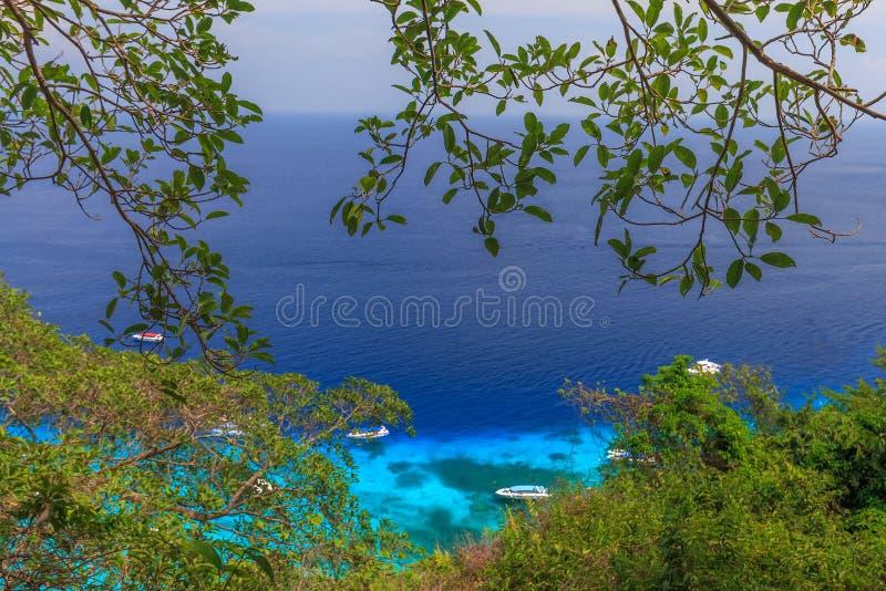 热带海岛海滩和明白蓝色盐水湖浇灌与蓝天在Similan海岛,攀牙府,在泰国南部 库存照片