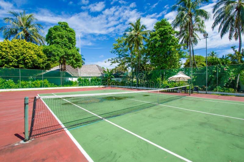 热带海岛的网球场 免版税库存照片