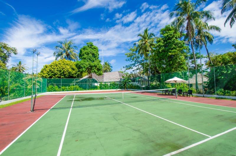 热带海岛的网球场 免版税图库摄影