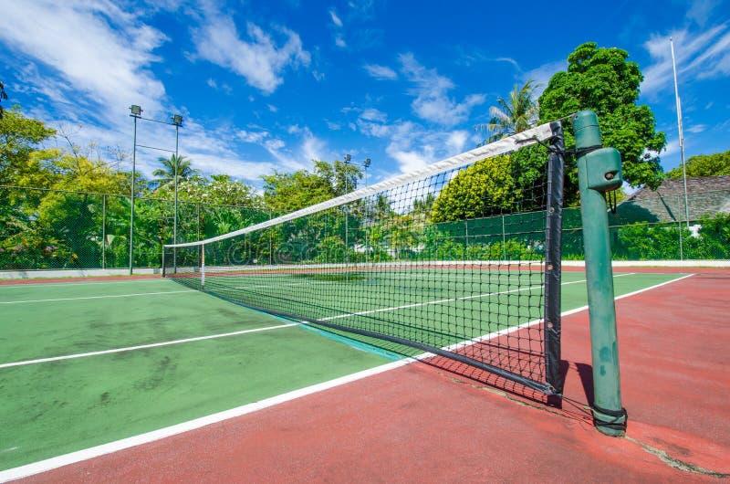 热带海岛的网球场 免版税库存图片