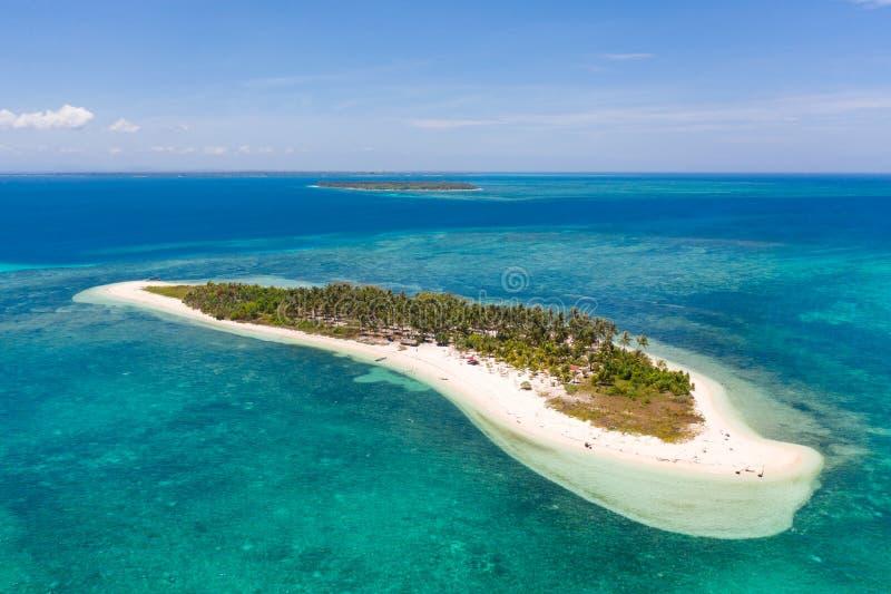 热带海岛Canimeran 在荒岛上的白色沙滩 库存图片