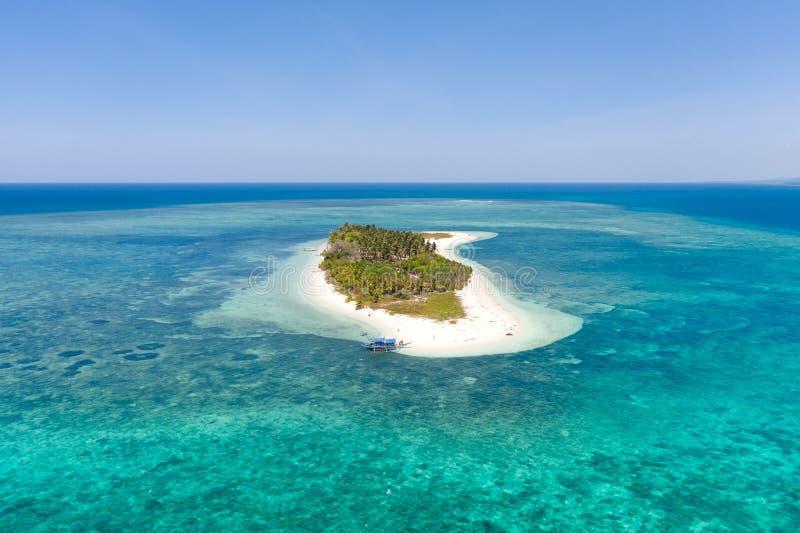 热带海岛Canimeran 在荒岛上的白色沙滩 免版税图库摄影