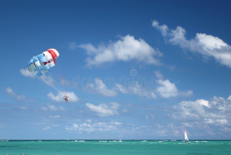 热带海洋的帆伞运动 免版税库存照片