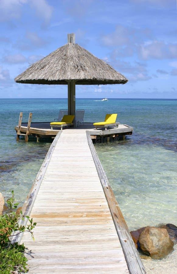 热带海洋的遮阳伞 免版税库存照片