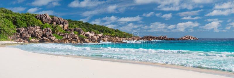 热带海滩全景在塞舌尔群岛 免版税库存照片