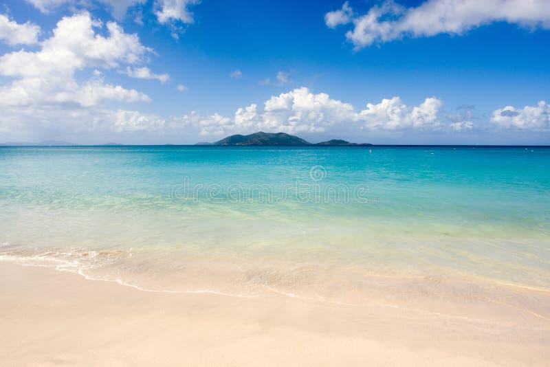 热带海滩和蓝色海运 免版税库存图片