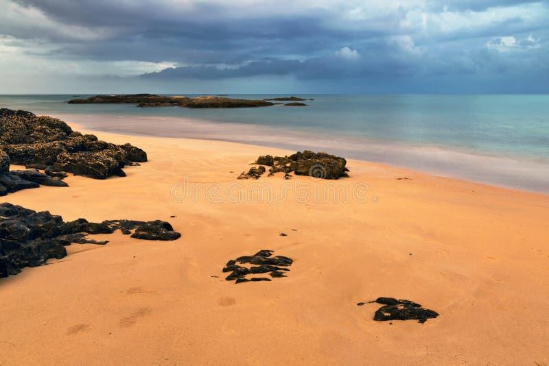 热带海滩在阴沉的天气天 库存照片