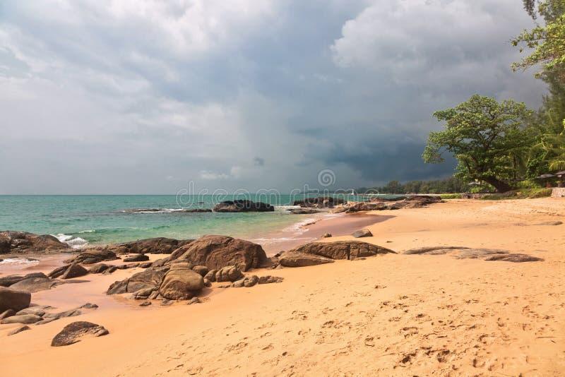热带海滩在阴沉的天气天 图库摄影