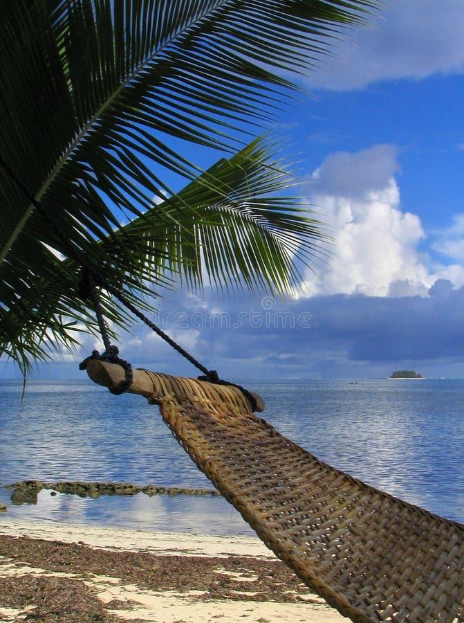 热带海滩的吊床 免版税库存照片