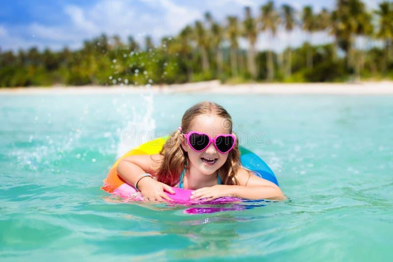热带海滩的子项 与孩子的海假期 库存图片
