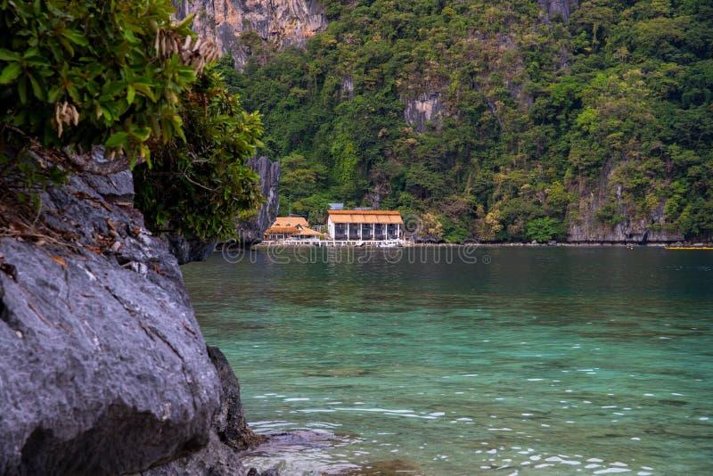热带海滩的度假胜地 豪华旅游胜地海视图照片 巴拉旺岛海岛小船游览风景 山和海 免版税库存图片